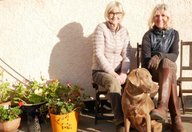 Projektledaren Cathrina Risshytt Collman och verksamhetsledaren Pia Tillberg utanför Kungsgårdens stall. Hunden heter Nessie.