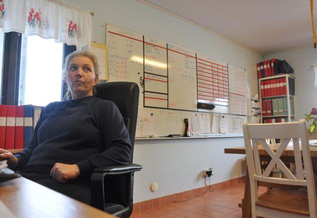 """Jeanette Blackert på kontoret. Tavlan i bakgrunden fyller alla medarbetare i för att förbättra resultaten. """"Det roligaste med att jobba med grisar är att man ser resultaten av sitt arbete väldigt fort."""""""