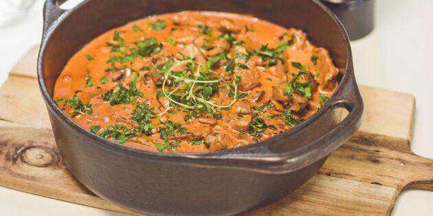 Krämig fläskfilégryta med svamp, schalotten och smak av tomat