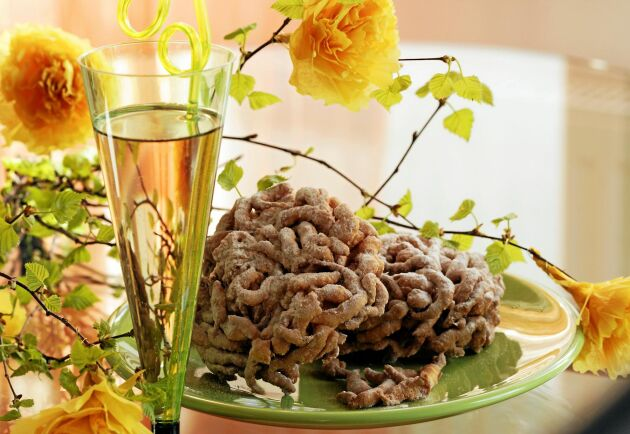 Struvorna pudras med florsocker och serveras med finsk mjöd.