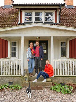 Familjen trivs med sitt liv på gården. På bilden syns Karin, Ulf och dottern Ester. De två andra barnen, Algot och Ebba, saknas på bilden.