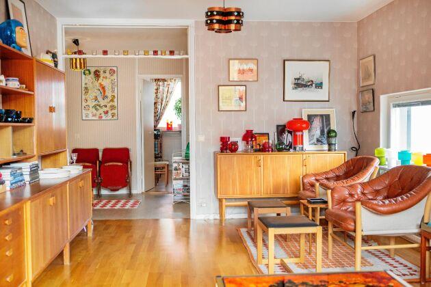 Tidstypiska teakmöbler överallt i lägenheten. De är eftertraktade numera, särskilt bland yngre människor.