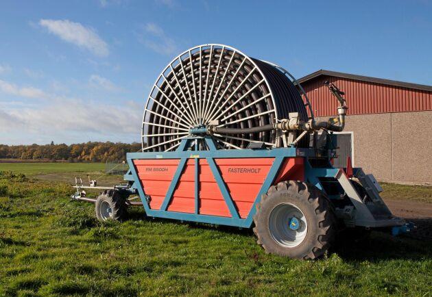 Bevattningsanläggningen består av en självgående Fasterholtspridare, en stor damm och flera kilometer med stamledningar.
