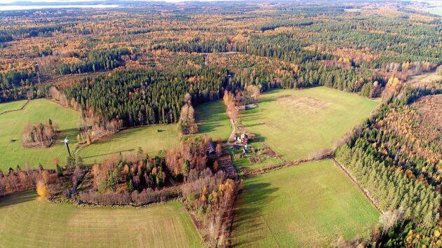 Huset ligger vackert beläget en mil söder om Kristinehamn med bär- och svampskogen runt knuten.