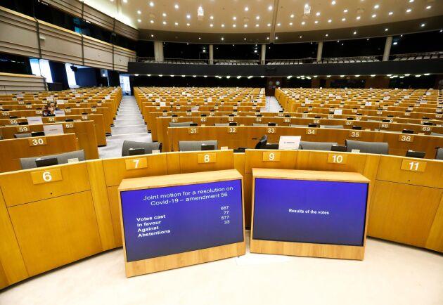 Bänkarna i EU-parlamentet gapar tomma, de flesta parlamentarikerna deltar digitalt. Merparten av frågorna får stå tillbaka för hanteringen av coronapandemin.