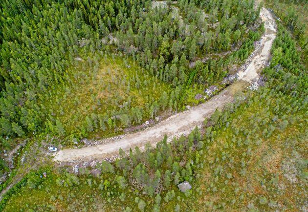 För att kunna köra ut virket från grannfastigheten byggde bolaget en ny vägsträcka över paret Alfredssons mark.