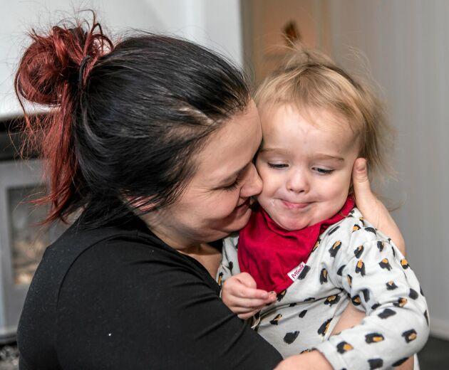 Barnen ger Annika stor glädje. Lilla Elsa är två år och hennes storebror Sam är nio.