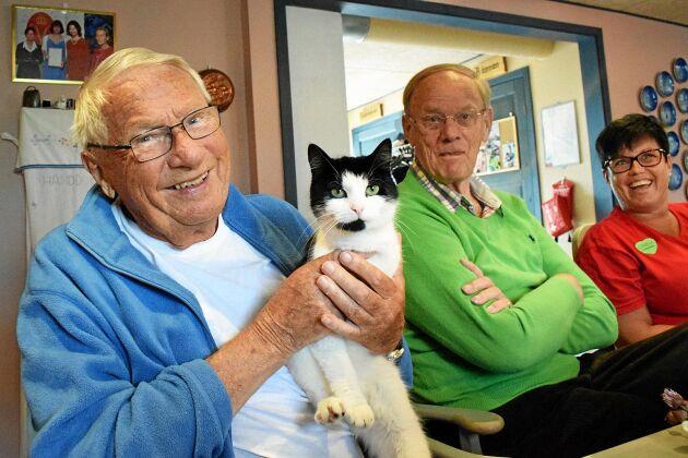Redan under frukosten kom en av katterna och hälsade på Sven Hultström, Lennart Nilsson och Camilla Johnsson.