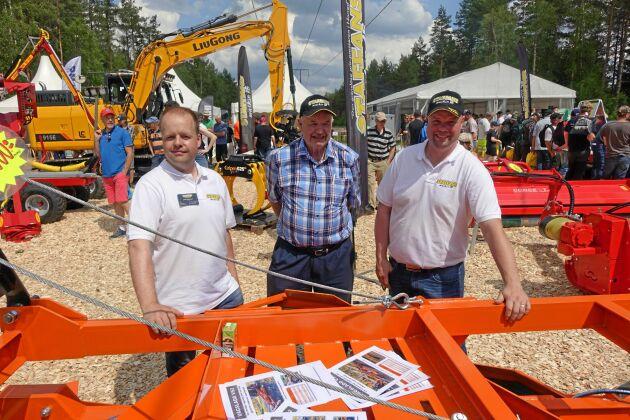 Staffan Johansson har startat ett framgångsrikt maskinföretag mitt i skogen utanför Horred. Här står han tillsammans med sönerna Jonas, till vänster, och Andreas Johansson på SkogsElmia i juni i år.