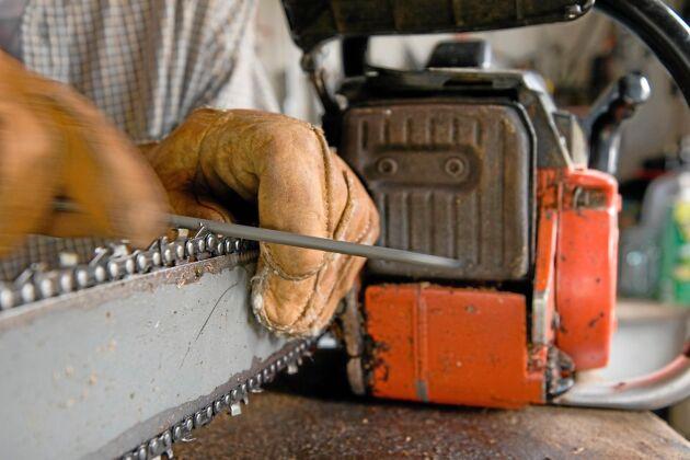 En motorsåg som är välfilad sparar både på kroppen och på sågen.