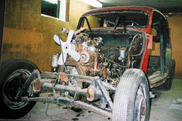 Roland renoverade bilen från grunden. Bytte trästomme, hela underredet och tröskellådorna, vilka han för övrigt har knackat för hand.