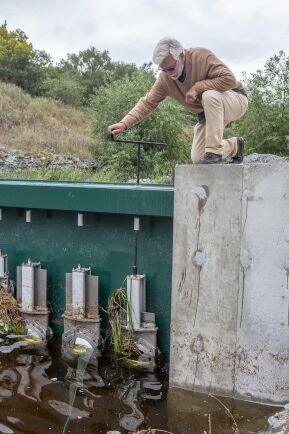 Ordförande i Snoderåns vattenråd Björn Hjernqvist, sköter om den nya dammluckan. När vårbruket är klart stänger han dammluckan och på hösten öppnar han den igen. Sällan behöver nivån regleras sommartid.