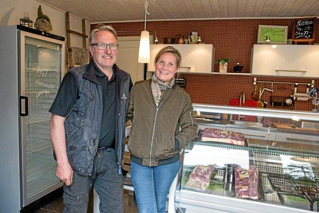 Kenneth och Kerstin Åström i gårdsbutiken där köttlådorna lämnas ut en gång i veckan.