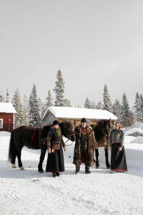 Marika, Pecka och dottern Kerstin tränar hästarna Lomen och Lotus för att klara nästa års forbonderesa.