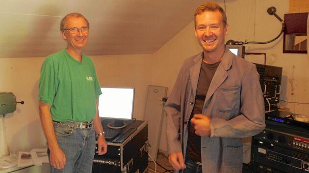 Göran Fransén och Linus Östergren visar de flesta av filmerna. Linus brukar inte ha på sig den gamla maskinistkavajen.