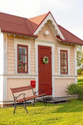 Underbar. nybyggd lekstuga i samma jugendstil som huset.