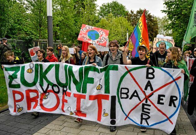 Protester utanför Bayers högkvarter i Bonn. Efter köpet av Monsanto för ett år sedan har Bayers börsvärde halverats.