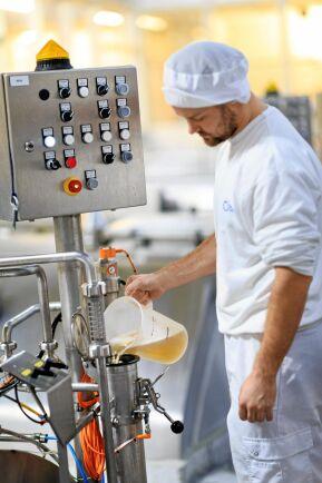 För att tillverka 1 kilo kvarg går det åt 3,38 kilo mjölk i anläggningen i Malmö.