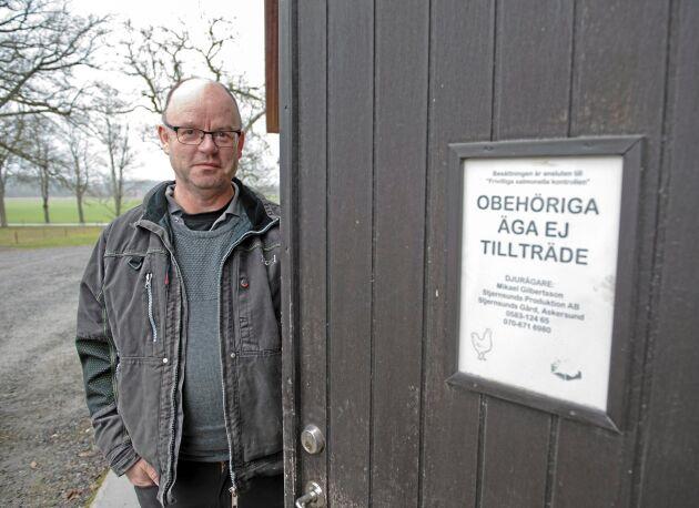 Obehöriga får inte gå in i Mikael Gilbertssons stall för att inte föra in smitta. Det gjorde aktivisterna från Tomma burar ändå.