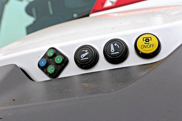Utvändiga reglage för två hydraulventiler, kraftuttag och trepunktslyft.