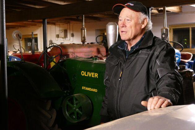 En traktor per vinter brukar Lars-Åke Stuhre gå igenom. Visst kostar det mycket tid och pengar, men det är en givande hobby.