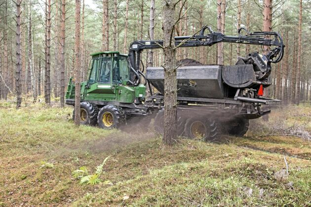 För att återföra näringsämnen efter grotutag sprids 3 ton torrsubstans aska per hektar skogsmark.