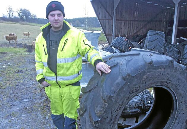 Alexander Elofsson är både traktorförare och försäljare av lantbruksdäck. Han vet orsakerna till snedslitna däck.