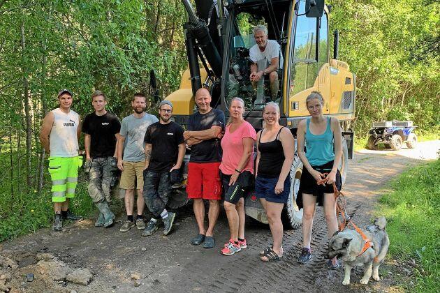 Uppslutningen från invånarna i Vannsätter har varit god under grävandet. I grävmaskinen Hans Eriksson och sedan från vänster Jimmy Jonsson, Fredrik Karlsson, Joakim Gunneriusson, Dennis Ahl, Per Nordin, Lena Eriksson, Hanna Zettersten och Sara Mejer.