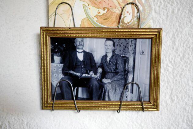 De första ägarna, bonddottern Katarina och den redlige drängen Karl-Fredrik på äldre dar. Som nygifta fick de huset i present av svärfadern - bonden på Lågbo gård.