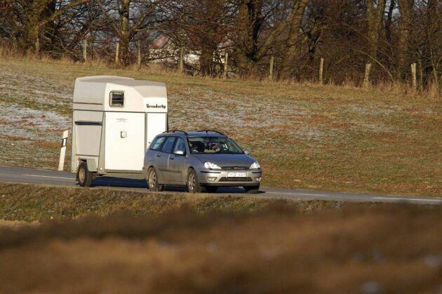Transport. Miljön tjänar på om du tar hem mycket foder på en gång med lastbil i stället för att köra många gånger med bil och släp.