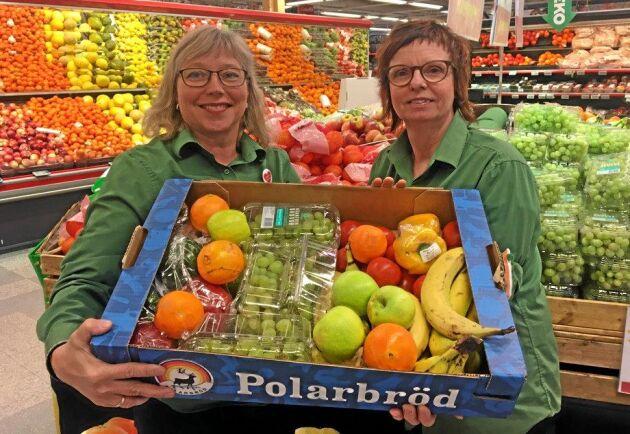Helena Rydkvist, driftschef, och Ewa Edlund, som jobbar i frukt- och gröntavdelningen på Coop i Sollefteå, skänker varorna som inte går att sälja till dem som vill utfodra hungriga rådjur och älgar.