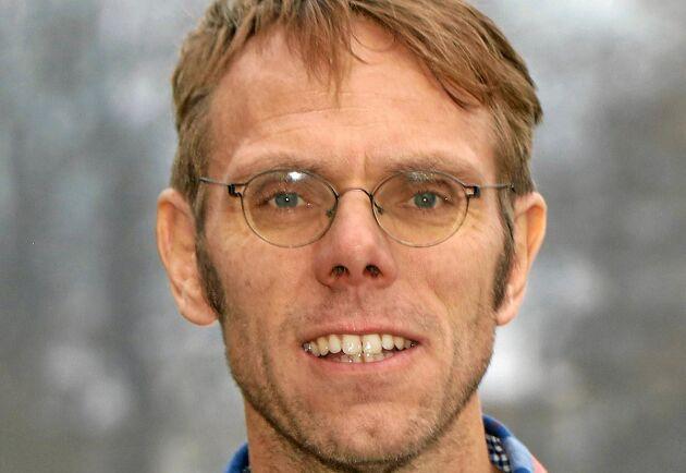 Örjan Östman, docent vid SLU:s institution för akvatiska resurser, berättar att det framför allt är rödingen som mår dåligt av det varma vattnet.