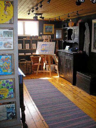 Entrén till lagården går genom logen där Ulla har en liten butik med sina böcker och konstverk.