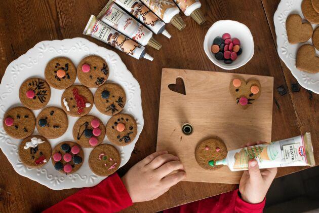 Linnea skapar kul pepparkaksfigurer med kristyr och godis, allt från katter till gubbar.