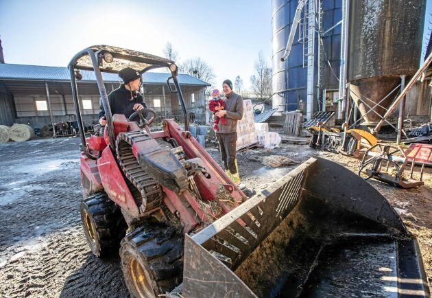Medarbetare är de viktigaste i ekvationen att som bonde kunna ta ut föräldraledigheten anser Jesper Johansson. Här pratar han tillsammans med dottern Hansine med arbetaren Martina Magnusson.