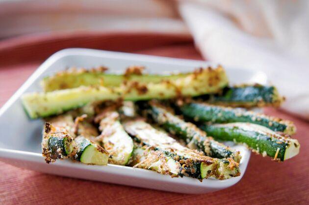 Härligt frasiga och med massor av smak från ost och spännande kryddning – zucchini frites har allt!
