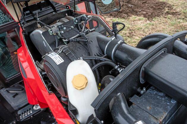 Den sexcylindriga motorn på 6,1 liter och 171 hästkrafter är hämtad från Deutz. Motorhuven öppnar väl för kylpaket och luftfilter. För att frilägga helt måste sidoplåtarna demonteras med hjälp av verktyg.