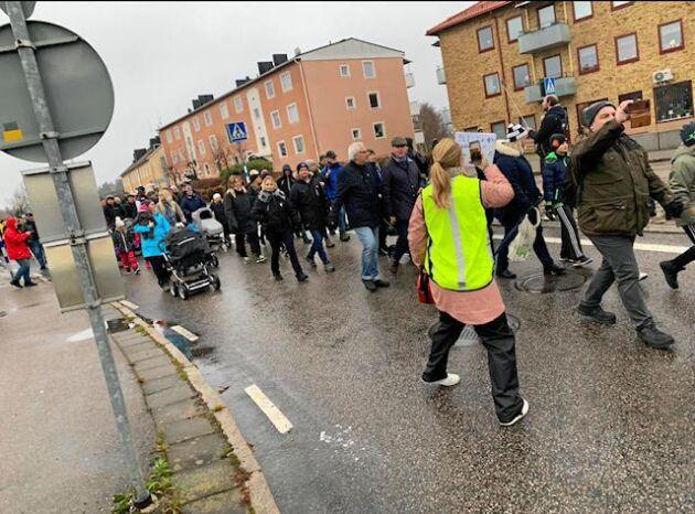 Flera hundra människor trotsade det gråkalla vädret och marscherade genom Boxholm.
