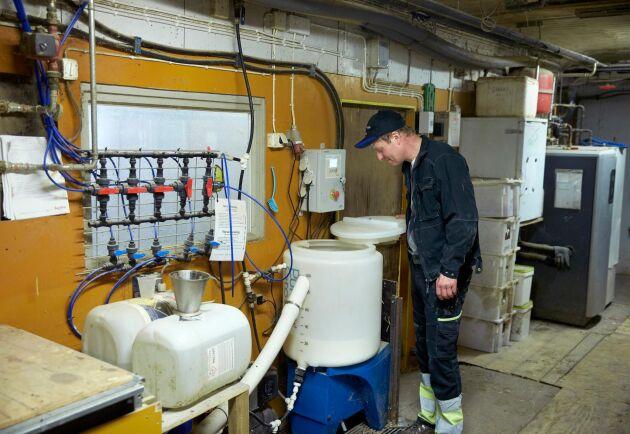 Systemet med mjölkkoppar är av fabrikatet Pump'n'Grow och mjölken pumpas runt hela tiden. Anläggningen är automatisk, men kräver diskning en gång per dygn.