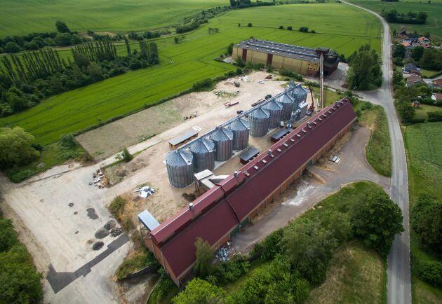 Bygget. De åtta silorna har flyttats från Jordberga gård. Dessutom används de två byggnaderna från det tidigare sockerbruket till planlager.