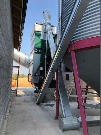 Till höger gårdens konsilo på 65 kubikmeter från 1980-talet, som flyttades och blev våtficka i den nya anläggningen. I bakgrunden torken med en kapacitet på 9 ton 4 procent nedtorkat vid 85 grader ingående torkluft. Torken värms med Air Heat varmlufts panna på 750 kilowatt.
