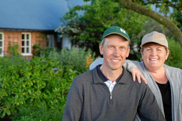 Thomas Persson och Kristin Carphagen vårdar och utvecklar en 100 år gammal gårdsträdgård.