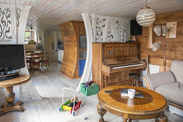 Det var när Magnus besökte bygget av Ostindiefararen i Göteborg som han inspirerades till att själv bygga med böjda former. Formerna kommer igen både inuti och utanpå huset.