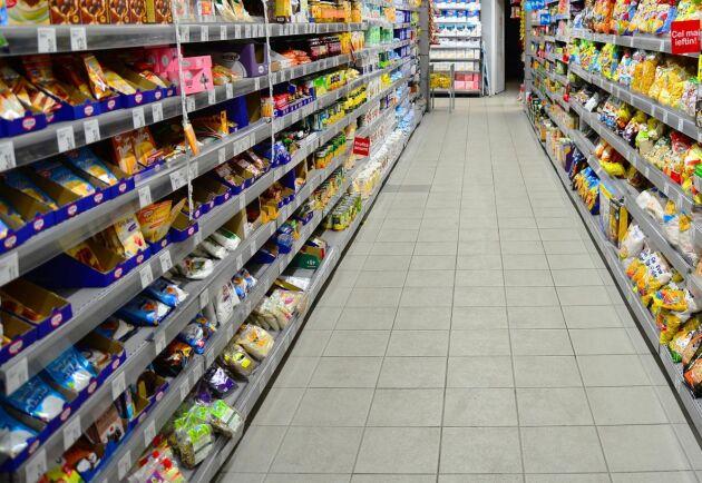 Välfyllda butikshyllor är ingen garanti med så pass låg självförsörjning som Sverige har, menar skribenterna.