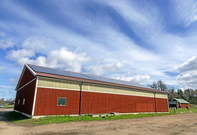 På taket till maskinhallen sitter sedan 2016 solceller som ger 40 000 kWh och täcker 35 procent av gårdens elbehov. Men det kommer att ta uppemot 20 år innan investeringen är betald.