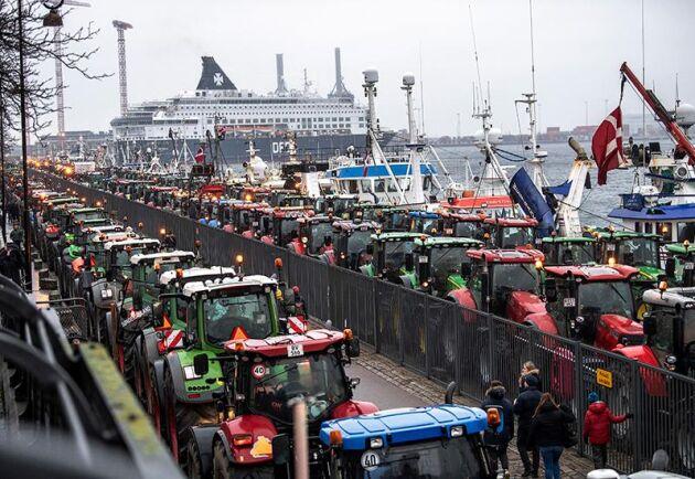 De för Köpenhamn ovanliga fordonen började vid lunchtid leta sig fram genom gator och gränder för att samlas vid hamnområdet Langelinie.