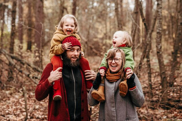 Mamma Zandra och lilla Ellis, på pappa Marcus axlar, lider av histaminintolerans. På mammas axlar skrattar dottern Lo.