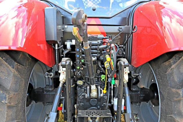 Snabbkopplingarna är fördelade på båda sidor av toppstången. Tyvärr är hydraulslangarna för hitchkrokens utskjut närmast ditkastade. ISO bus uttaget har också fått en olycklig placering framför den högra lyftarmen.