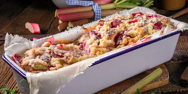 Saftig rabarber- och jordgubbskaka