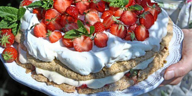 Festlig marängtårta med jordgubbar och lemon curd